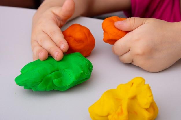 Kleinkindjunge macht sensorische spielerische übung hautnah