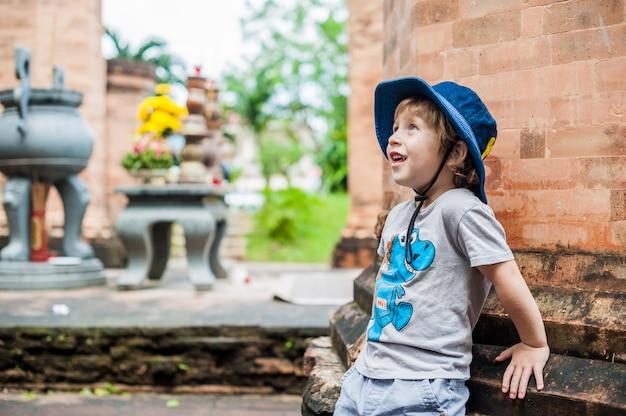 Kleinkindjungen-tourist in vietnam. po nagar cham tovers.