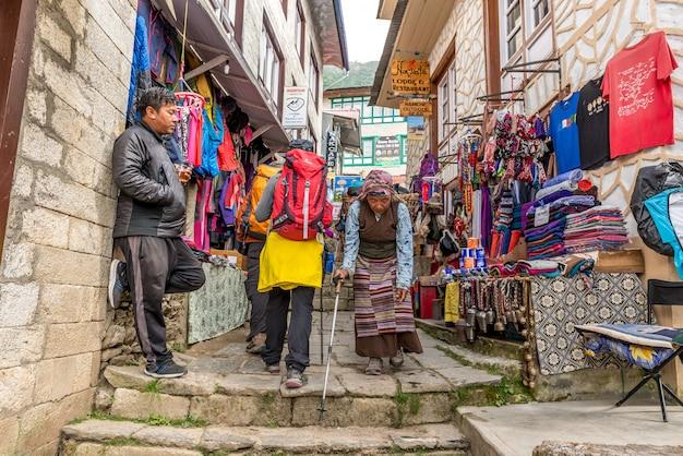 Kleinstadt in solukhumbu mit laden für trekker kommen zum trekking in der everest-region nepal