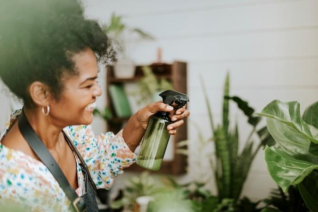 Kleinunternehmer besprühen pflanzen mit einem wasserspray