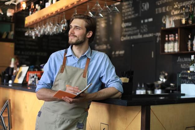 Kleinunternehmer, der in seinem café arbeitet.