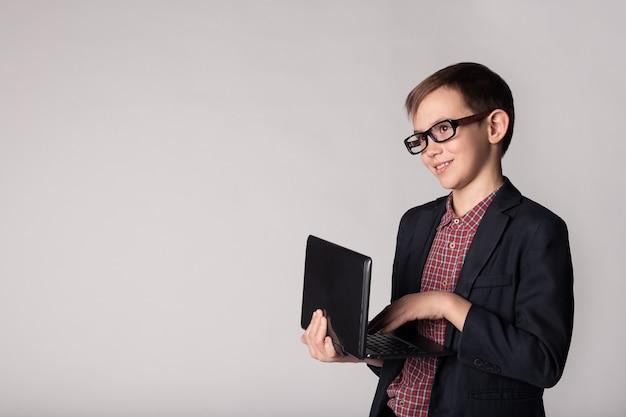 Kleinunternehmer, der laptop in den händen hält