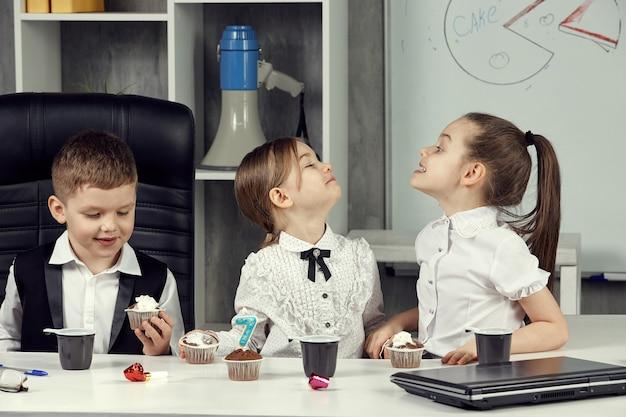 Kleinunternehmer im büro feiern den geburtstag des unternehmens.
