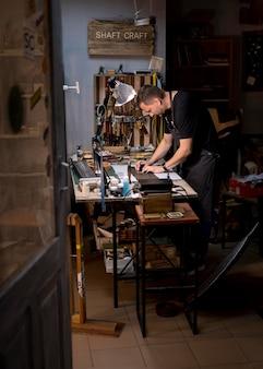 Kleinunternehmer in seiner werkstatt
