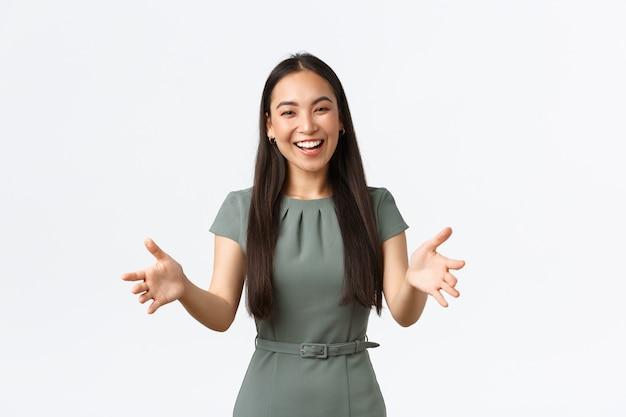 Kleinunternehmer, unternehmerinnen konzept. glückliche attraktive asiatische geschäftsfrau, firmenchef, die hände nach vorne streckt und freundlich als einladende investoren lächelt, kunden begrüßt