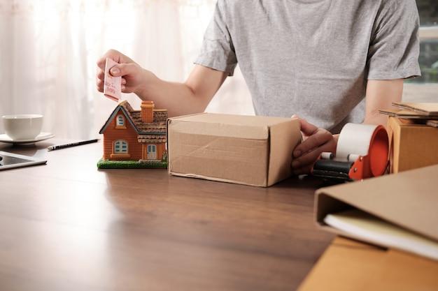 Kleinunternehmer verkaufen produkte, um geld für zukünftige planungen zu sparen.
