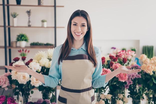 Kleinunternehmerin, die in ihrem blumenladen aufwirft