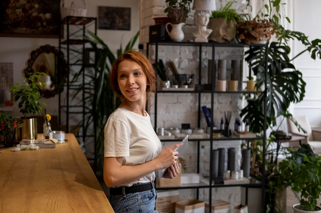 Kleinunternehmerin in ihrer werkstatt