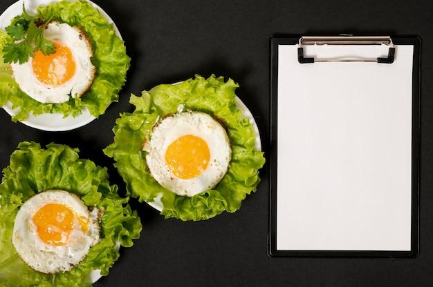 Klemmbrettmodell nahe bei frühstücksanordnung