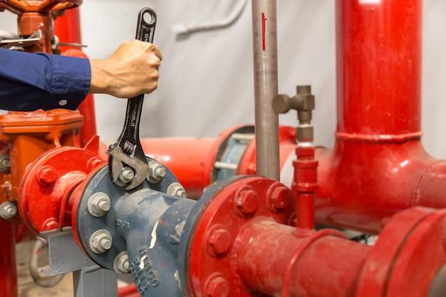 Klempner, der große wasserleitungen der wartung repariert und durchführt.