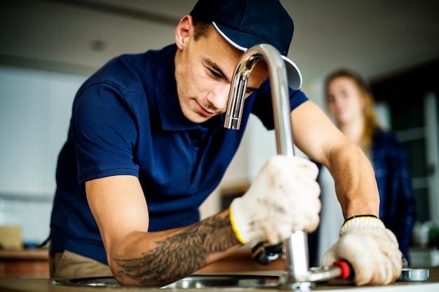 Klempner, der küchenspüle repariert