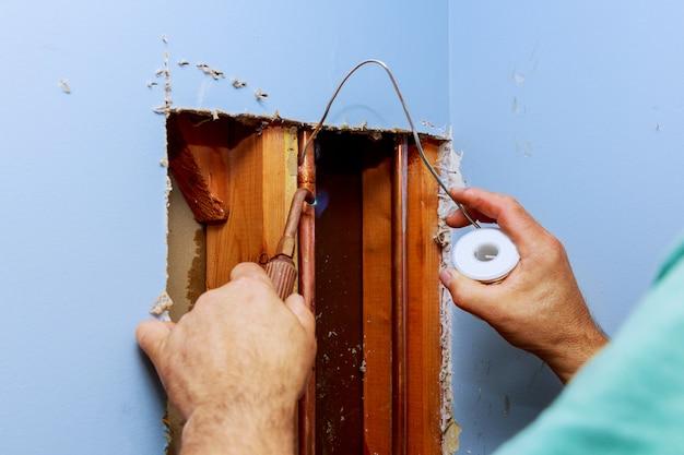 Klempner, der mit wasserinstallation arbeitet