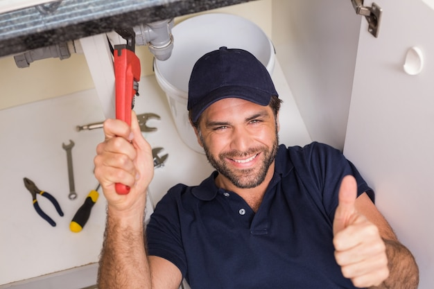 Klempner, der unter der wanne repariert