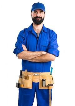 Klempner mit gekreuzten armen