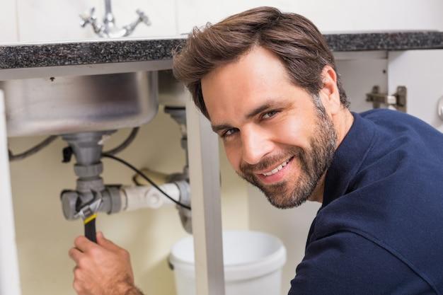 Klempner reparieren unter der spüle