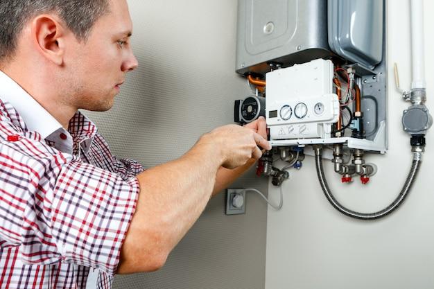 Klempneranhänge der versuch, das problem mit der wohnheizung zu beheben. reparatur eines gaskessels