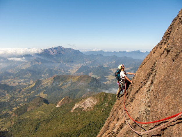 Kletterer, der eine abfallende felswand in brasilien klettert
