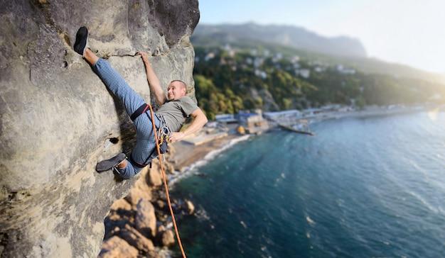 Kletterer, die es schwierig machen, steigen auf der multi-tonhöhe auf