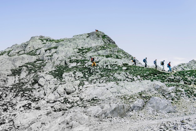 Kletterer mit rucksäcken. alpen berg. reise travel trek und real life-konzept. schöne natur. ruhe in den bergen.