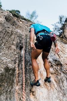 Kletterer wird von seil gehalten