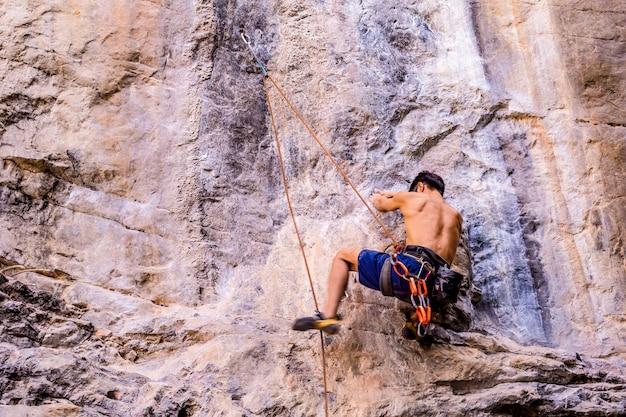 Klettersport ist für touristen auf railay island, krabi, thailand sehr beliebt