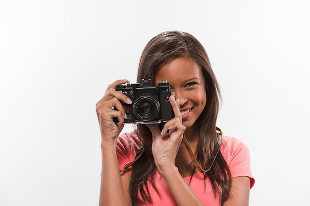 Klickende fotografie der hübschen jugendlichen durch weinlesekamera