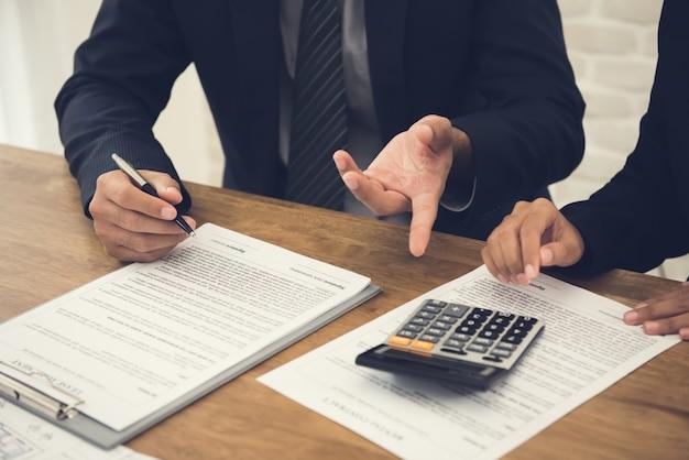 Klientenberatung mit dem agenten, eine vereinbarung überprüfend, die im begriff ist zu unterzeichnen