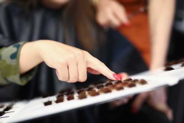 Klientin zeigt mit der hand die farbe ihrer haare