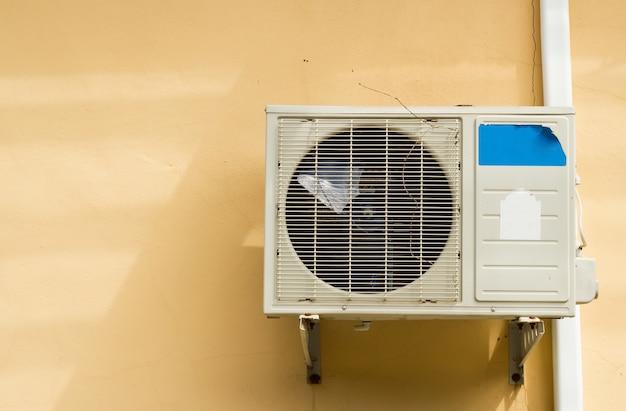 Klimaanlage an der seite eines gebäudes montiert.