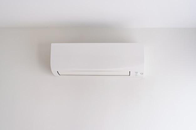 Klimaanlage an weißer wand
