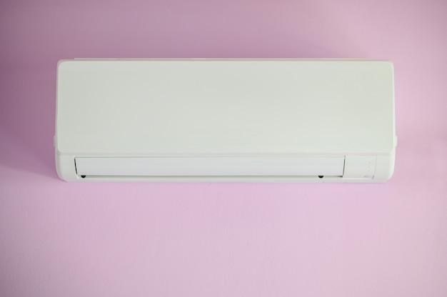 Klimaanlage, wandbehang weiß, lila farbe an der wand im schlafzimmer