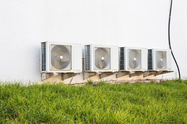 Klimakompressor. klimaanlagenkompressor auf einem gebäude installiert.