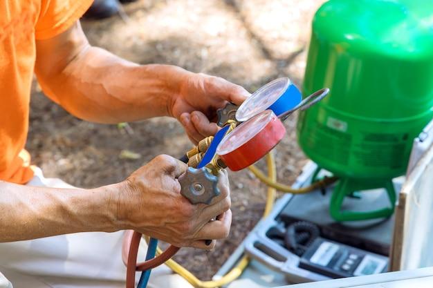 Klimatechniker der vorbereitung auf die klimaanlage.