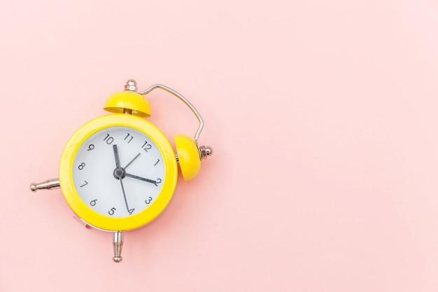 Klingeln des klassischen weckers der doppelglockenweinlese lokalisiert auf rosa buntem modischem pastellhintergrund. ruhezeiten lebenszeit gutenmorgens nacht wachen waches konzept auf. draufsicht-kopienraum der flachen lage.