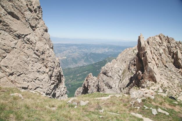 Klippe in der natur armenien sommerzeit