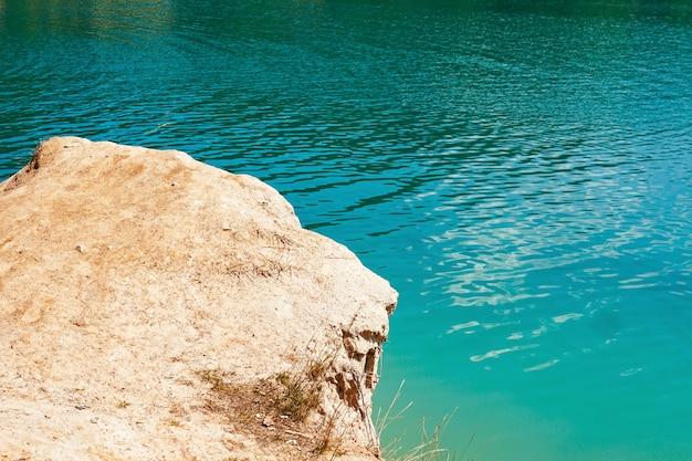 Klippe über blauem wasser im meer