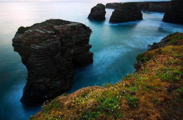 Klippen an der atlantikküste in der dämmerung