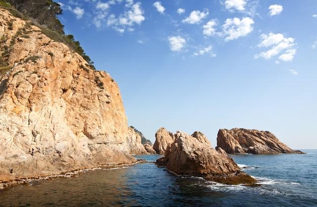 Klippen an der küste der costa brava