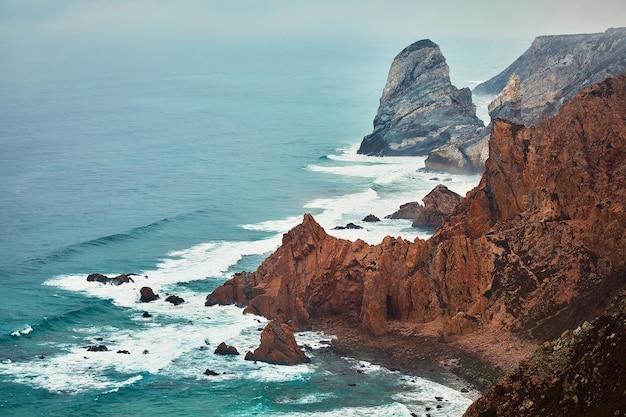 Klippen sind im atlantischen ozean in nebel gehüllt, eine naturlandschaft auf cabo da roca in der nähe der stadt cascais portugal