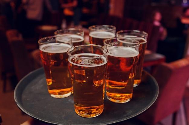 Klirrende gläser mit alkohol und toasten, party.