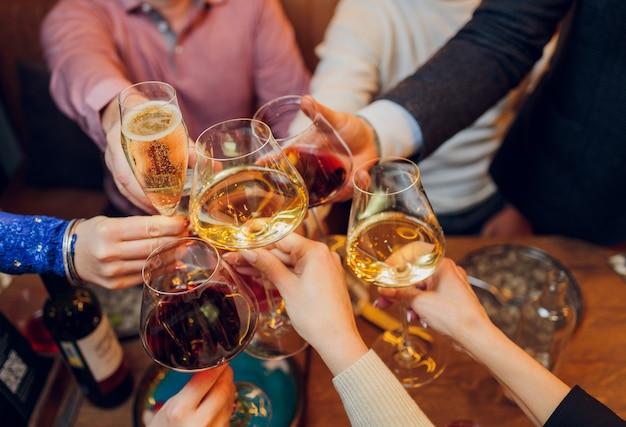 Klirrende gläser mit alkohol und toasten, party. Premium Fotos