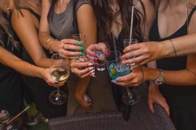 Klirrende gläser mit alkohol und toastparty