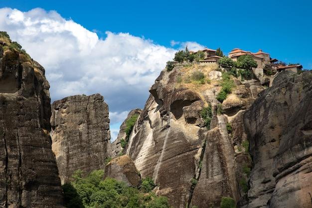 Kloster auf felsen in meteora, griechenland