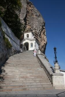 Kloster der heiligen dormitio im felsen in bachtschissarai auf der krim