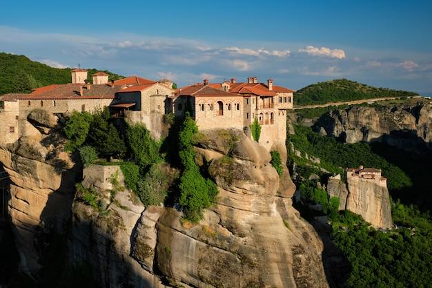 Kloster von varlaam kloster und kloster von rousanou im berühmten griechischen touristenziel meteora in griechenland auf sonnenuntergang
