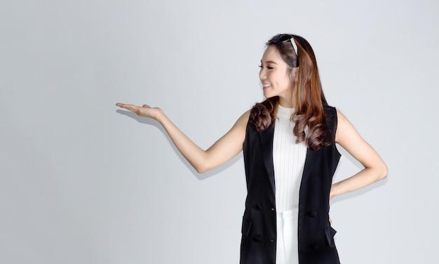 Kluge asiatische dame cofidence stehend und offene hand