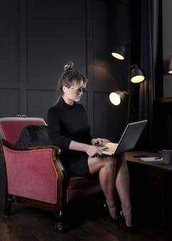 Kluge geschäftsfrau, die an ihrem laptop arbeitet