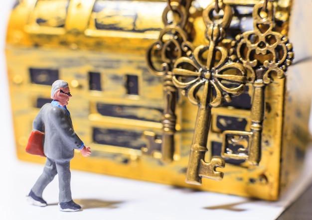 Kluger erfolgreicher geschäftsmanninvestitionsguruexperte, der goldene erfolgsschlüssel wählt
