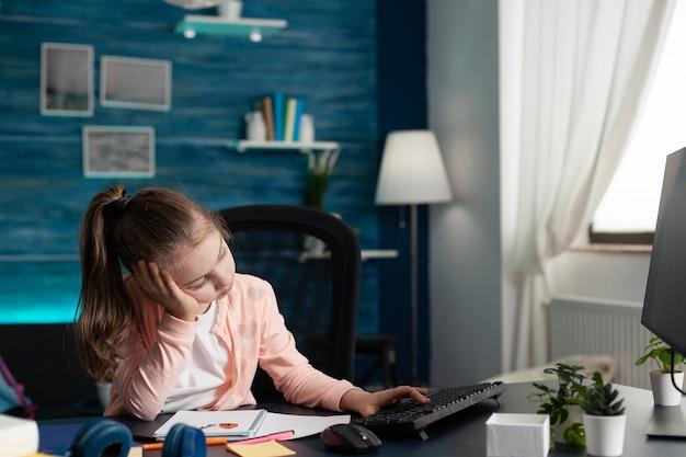 Kluger schüler, der sich von der online-schule traurig und gelangweilt fühlt