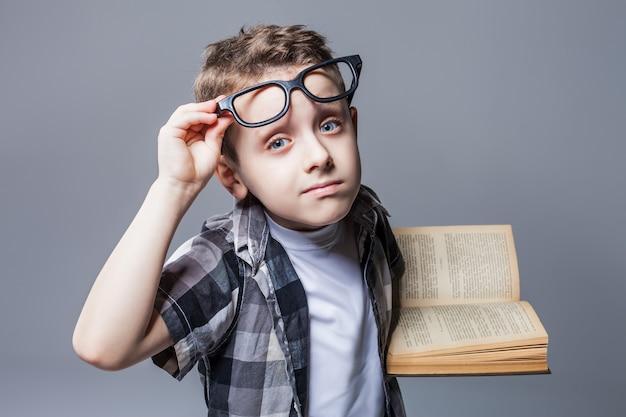 Kluger schüler in gläsern mit lehrbuch in händen